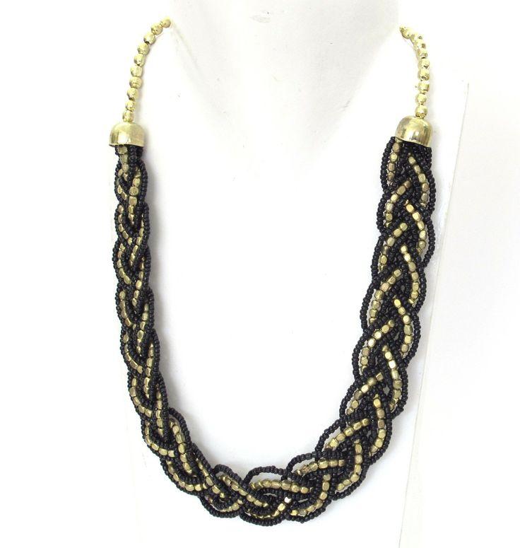 Ce bijou indien est un collier tressé en perles noires et dorées. C'est un bijou fantaisie qui se porte court et sa taille est réglable. Ce collier fantaisie se porte facilement avec tout. Tous nos bijoux fantaisie et colliers sont fabriqués à la main.