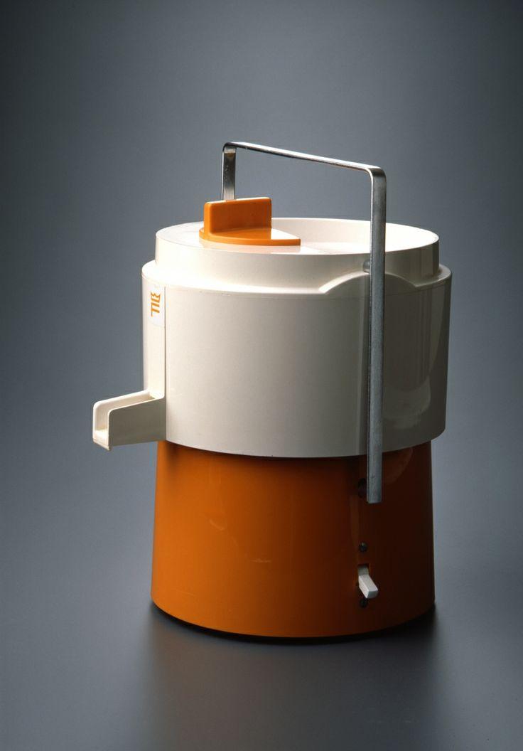 Tarina kertoo, että tehtaalla valmistettiin mehulinkoa ennen ensimmäisten saksien mallikappaleiden valmistusta. Kahvan väriksi tulikin vahingossa oranssi, joka oli peräisin mehulingon valmistuksesta. Oranssista väristä tuli saksien tunnusomainen väri. Fiskarsin mehulinko on vuodelta1965, ja sen ovat suunnitelleet Mikko Jäntti ja Heikki Karjalainen.  Kuva: Rauno Träskelin.