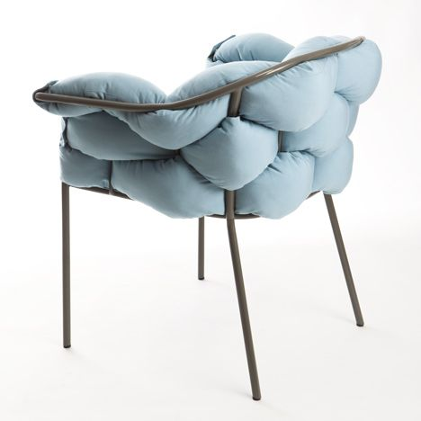 """""""La delicada estructura metálica recuerda a la vegetación de invierno, con los arboles deshojados, pero cuando llega el buen tiempo la silla se viste de largo con cojines de colores que se entrelazan entre ellos y la estructura creando un conjunto singular y acogedor"""""""