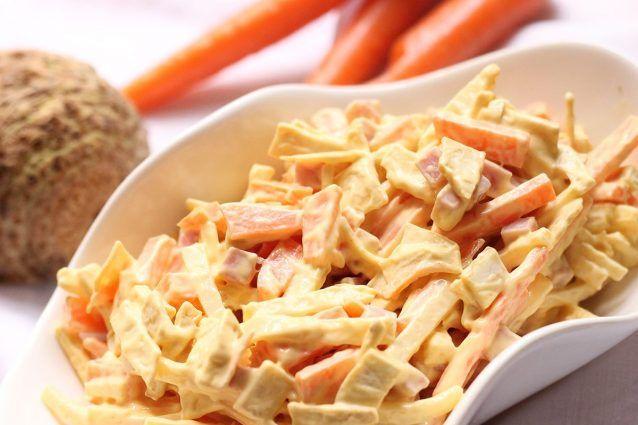 L'insalata capricciosa è un antipasto delizioso a base di carote e sedano tagliati alla julienne, simile all'insalata russa per la presenza della maionese, che può essere preparato anche come contorno per carni dal gusto delicato come il pollo o il tacchino.