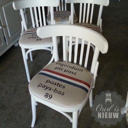 Caféstoel gestoffeerd met ptt postzakken.
