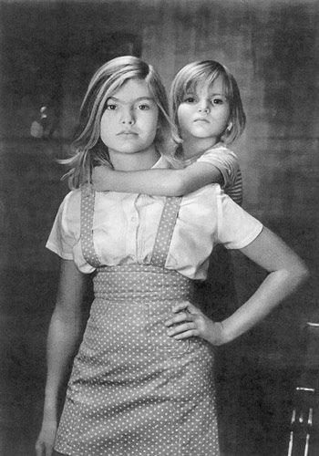 """Советское Фото, № 06 за 1975 г Сестры. Эти сестры не про себя самих совсем. А про страну, и поколение, и семью. Основная идея - вызов, """"преодолеем все"""". При этом, там есть и уверенность в себе, и животная покорность, и наглость, и (только намеком) мягкость/женственность. Но самим вызовом они уже проигрываают - потому что огнем огонь не потушить"""