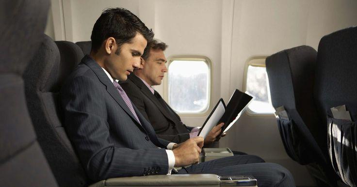 Os melhores assentos do Airbus A330-200 da Air Transat. Escolher seu assento no avião define o tipo de experiência que deverá ter naquele voo. Cada pessoa tem sua preferência entre corredor ou janela, perto dos toaletes ou não, e parte da frente ou de trás do avião. Quando decidir onde prefere sentar durante os vôos e o que é mais importante para seu conforto, você pode pedir assentos com mais espaço ...