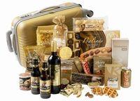 De gouden koffer ! Gevuld met: sterretjes • fortunecookie• hertog jan• coca cola • koek bedankt • honinglollie• twix • pralinemix • pasta • gouden xxl munt • JP party rondjes • suikerwafel • tortillachips •  pate • kokosmakronen• kaasbolletjes • meringues • formaggio • pringles • oliebollenmix • rode wijn 0,75 l • gouden hardcase trolley 40,5x22,5x58 cm • dit pakket wordt verpakt en geleverd in de trolley. aantal artikelen in het pakket: 26 / € 66.90  exclusief 21% B.T.W.
