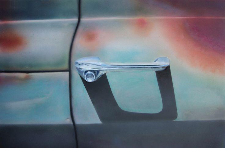 Colored by Seasons Door toedoen van jaren zonlicht ontstond er een mooi complementair kleurcontrast op deze deur. De slagschaduw van de deurgreep voegt nog wat extra diepte toe.  Mijn werk bestaat voornamelijk uit schilderwerk met acrylverf met de airbrush als ondersteuning met name voor egale vlakken en verlopen Onno van Beek