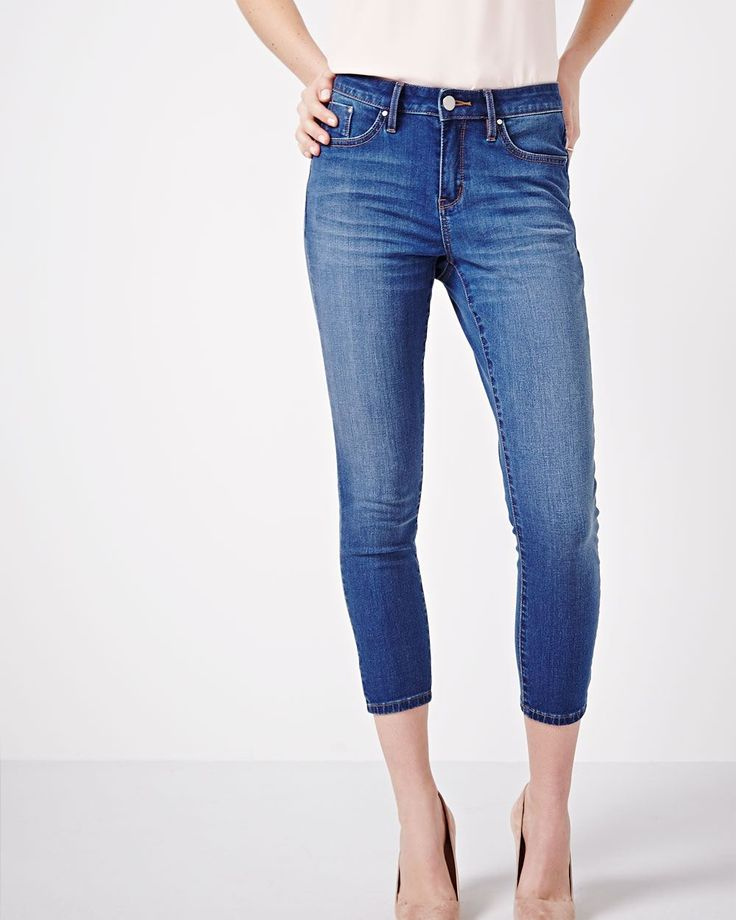 Ce jean capri est l'un de ces pantalons tellement polyvalents qu'on adore porter la fin de semaine. Agencez-le avec un veston et des talons hauts pour un style un peu plus habillé.<br /><br />- Entrejambe : 25 pouces<br />- Taille haute<br />- Jambe étroite<br />- Poches avant et arrière
