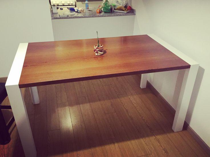 Mesa de madera laqueada