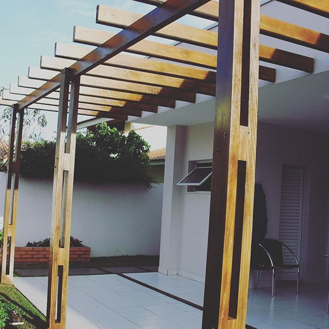 Pergola terminada! El detalle que le faltaba a este proyecto! @proyectoenmadera #pergola #madera #galeria #diseño #carpinteria #arquitectura #paisajismo #diseñoenmadera #diseñodeexteriores #casa #proyecto #proyectoenmadera #wood #wooddesign #allwood #woodworking #great