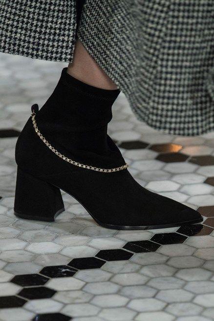 Le scarpe di moda per l Autunno Inverno 2018 2019 viste alle sfilate sono i  modelli che vorremmo avere SUBITO 839208a474b
