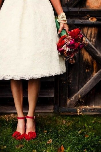 MINI-GUIA: Sapato de noiva colorido | Casar é um barato: | O vestido do SIM! in 2019 | Red wedding shoes, Red wedding dresses, Red wedding