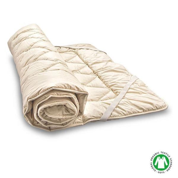 El topper Woll de Baumberger está relleno de auténtica lana virgen sin tratamientos químicos. Se trata de una lana especialmente voluminosa que recupera la forma por más que durmamos encima.El relleno va envuelto en una funda de algodón satinado y se...