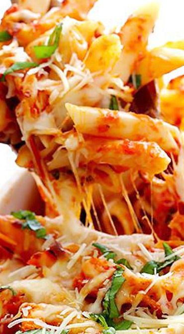 Chicken Parmesan Baked Ziti ~ only calls for 6 simple ingredients, and is ridiculously delicious and comforting.