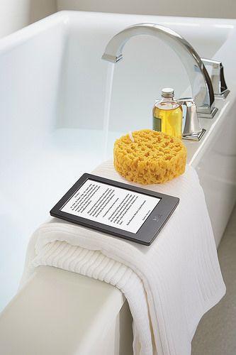 Lisez même dans l'eau avec la dernière liseuse électronique de la Fnac