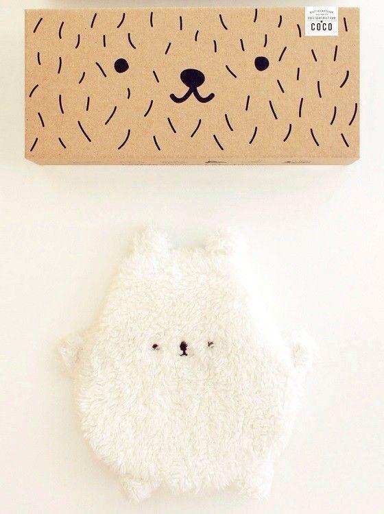 <p>Coco is een super lieve en zachte beer van Mana'o nani die je overal mee naar toe kan nemen. Als je de beer uit zijn doos haalt kun je aan de binnenkant zijn unieke naam lezen. De doos gebruik je als bewaar-en slaapplaats voor de beer. <br />Met de magneten klik je de beer eenvoudig om een autogordel, zo wordt het dragen van een gordel extra fijn met je beste vriend aan je zijde. <br />Gemaakt in Polen en CE gecertificeerd.</p>