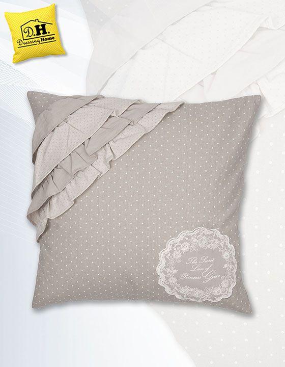 """Il favoloso cuscino arredo con quattro volant della collezione """"Semplicemente shabby"""" in colore grigio perla e con una delicata stampa con dedica alla principessa Grace."""