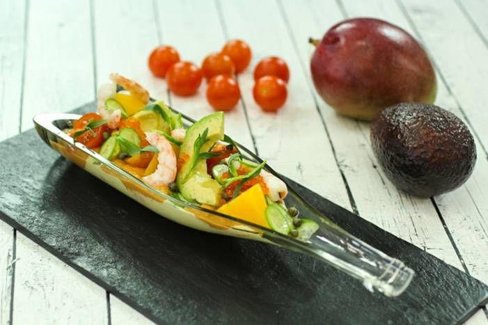Салат из авокадо, манго и креветок
