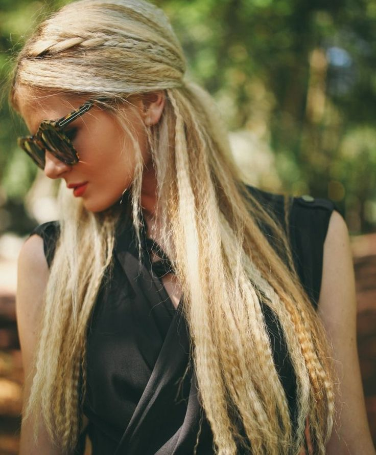 coiffure des années 80 - cheveux longs blonds, gaufrés avec tresse