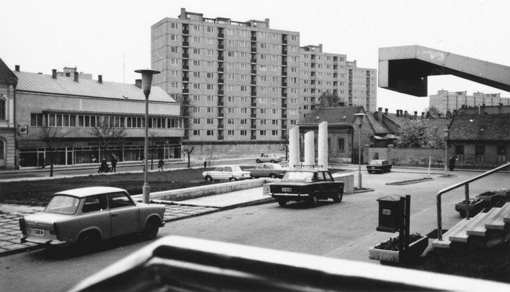Kempelen tér a Rákóczi utca házsora felé nézve.