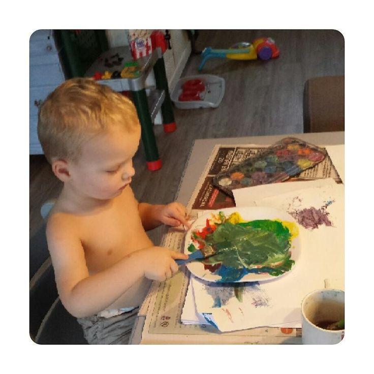 'Ik kan wel met de grote meisjes verf hoor mama'  gekke Thijs  #verven #schilderen #kinderen #kinderkunst #kliederen #kidsart #kunst
