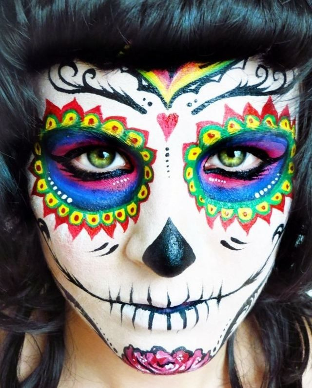 maquillage pour Halloween femme: crâne de sucre en couleurs
