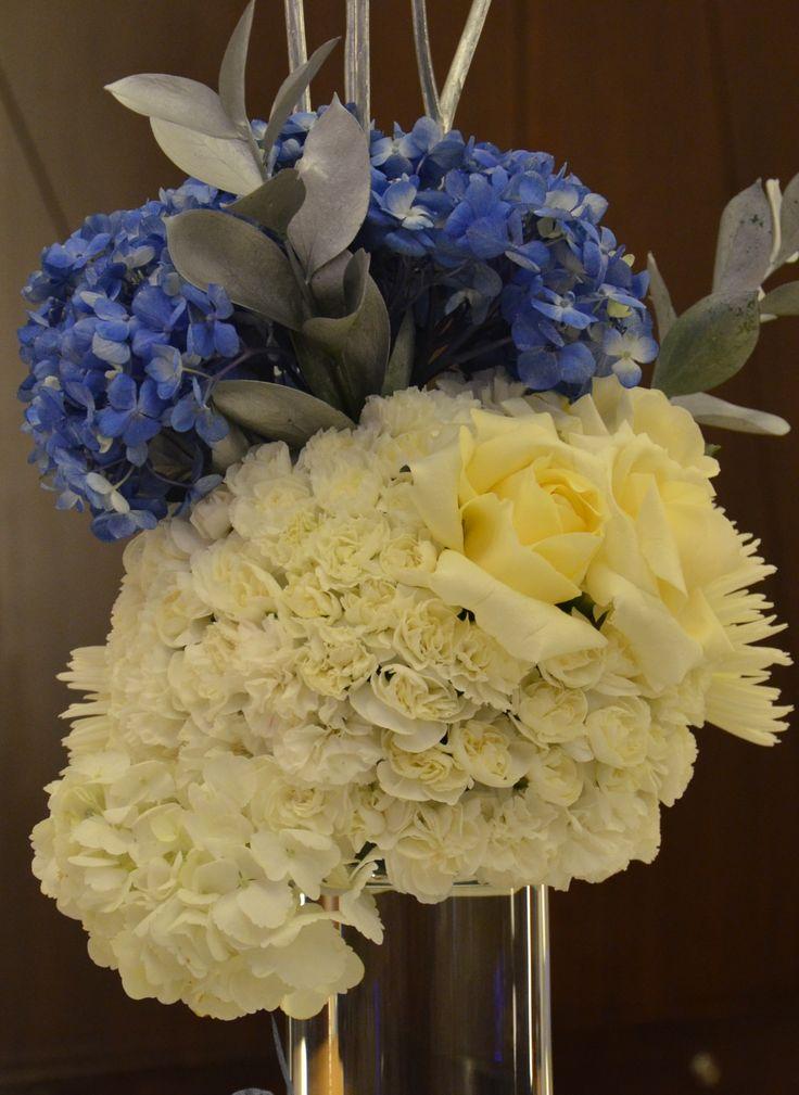 centro de mesa en blanco , azul y plata