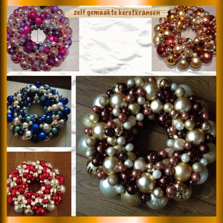 Zelfgemaakte kerstkransen van kerstballen