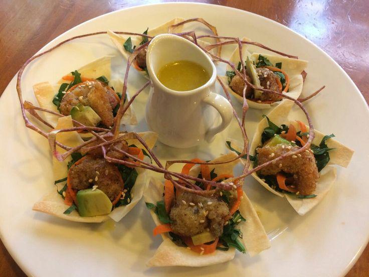 Mini ensalada Thai de espinaca, zanahoria, palta, camarón apanado, maní tostado y dressing de mango