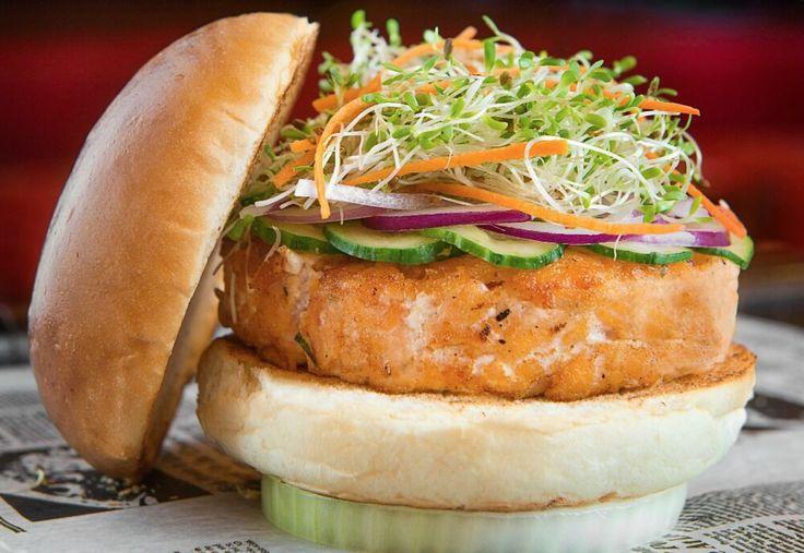 Aprenda a fazer esse hambúrguer de salmão com molho thai, receita do P.J. Clarke's.