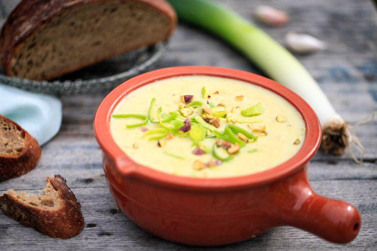 Delikat kartoffelsuppe med porrer, der smager godt og er sund, let og billig at tilberede. Kartoffelsuppen kan serveres med lidt godt brød.