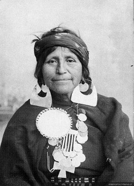 Chile | Mapuche woman with silver jewellery. ca 1890 | ©Milet Ramírez, Gustavo.