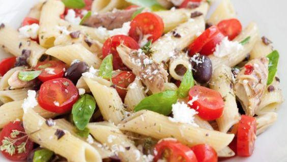 La ricetta dell'insalata di pasta con sgombro pomodorini e basilico