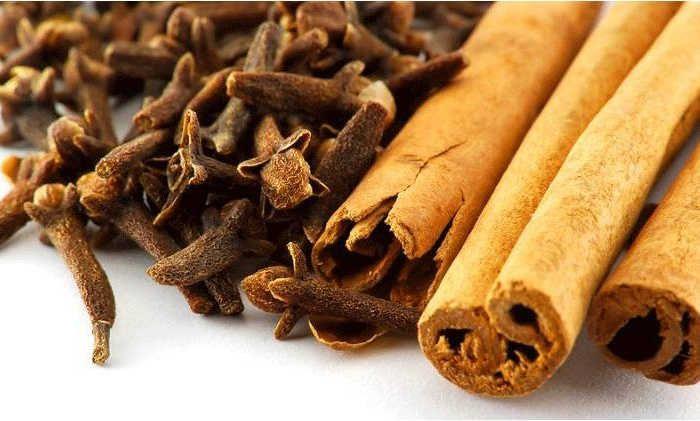<p>Para um ambiente perfumado, sem cheiro a fritos, traga o aroma doce e picante do cravo e canela para sua cozinha. Excelente para desinfectar, repelir insectos como moscas e formigas e ainda deixar a pia perfumada. Preparação e utilização : -Em um litro de álcool comum, adicione 20g de cravo-da-india …</p>