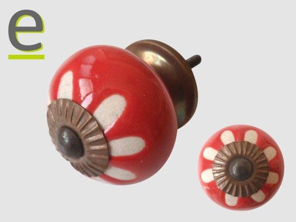 Pomelli in ceramica CK-353. Pomelli di ceramica rossi con decorazione a bassorilievo bianca. Caratteristiche e prezzi alla pagina  http://easy-online.it/it/shop/pomelli/pomelli-shabby-chic-ck-353/ Potete usarli come pomelli per cucine, pomelli per mobili, pomelli per armadi e cassetti.
