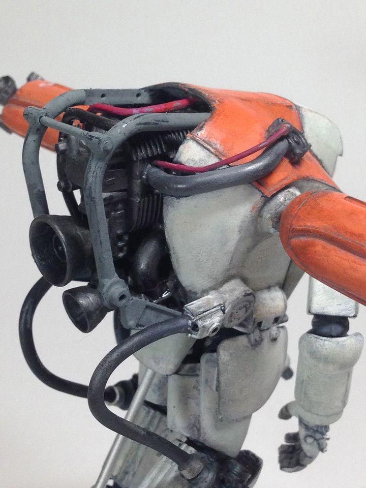 WAVEのLUNA PAWNを高機動型試験機をイメージで改造しました。 背中はYZR-M1のフロントカウルをベースにプラ板やらエポキシパテで大型化し、中に1/12のバイクのエンジンを入れています。パイピングは糸はんだや針金などを使っています。 塗装はラッカーを下地にタミヤアクリルやアクリルガッシュで仕上げました。
