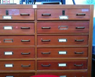wooden chest odrawers. houten ladenkasten voor fossielen en ...