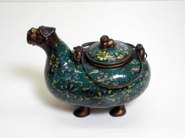 Chinese waterkan op pootjes; brons met terracotta. Met emaille bedekt en met op het deksel een Foo hond.