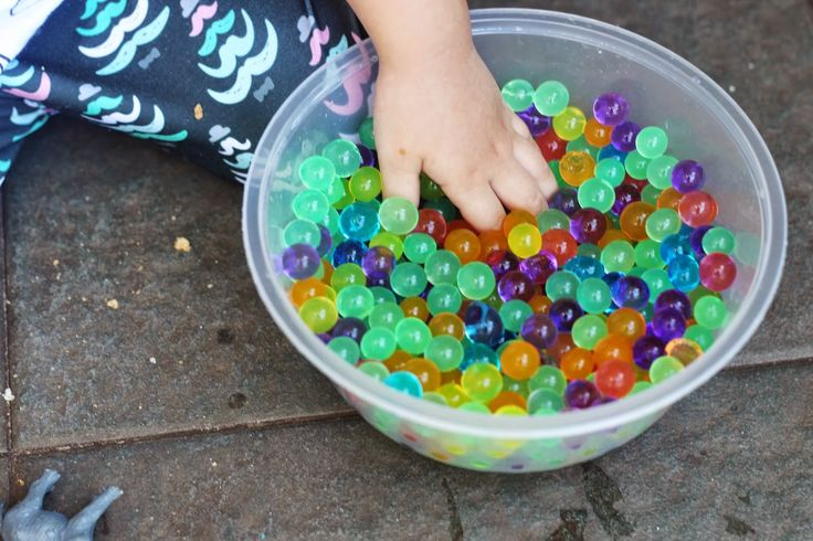 Simple sensory bin for toddler. Water beads and wild animal inside. More info www.lifeatarcilland.com