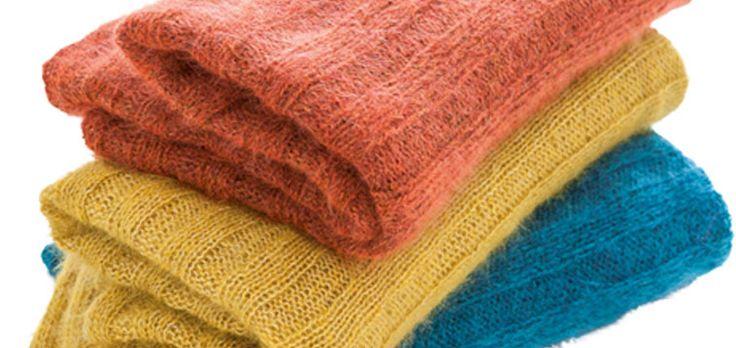Kuschelige Decken oder Plaids sind optimal um sich abends auf der Couch einzukuscheln und es sich richtig gemütlich zu machen, oder? Deshalb stellen wir Dir heute ein kuscheliges Plaid in breiten Rippen vor, dass für extra viel Gemütlichkeit auf Deiner Couch sorgt. Das Plaid kannst Du mit unserer Anleitung ganz einfach nachstricken und Dich bald darin einkuscheln.