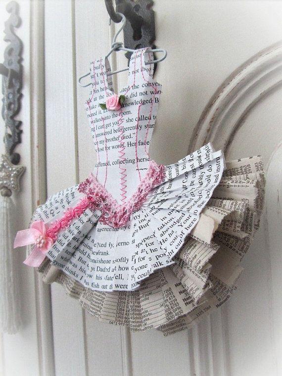 Cette miniature de robe de style adorable ballet est en papier retour roman et pages de lannuaire téléphonique. Il est soigneusement cousue en coton rose. La petite robe a des équilibres complexes et des roses de ruban collés en place.  Décoratif et délicat, bien que très robuste, la robe mesure 17cm de hauteur x 16,5 cm de largeur (7 pouces x 6.5 dans), il nest pas faite pour en fait être porté, mais plutôt orner juste lendroit parfait dans votre maison.    Il est livré avec son propre…