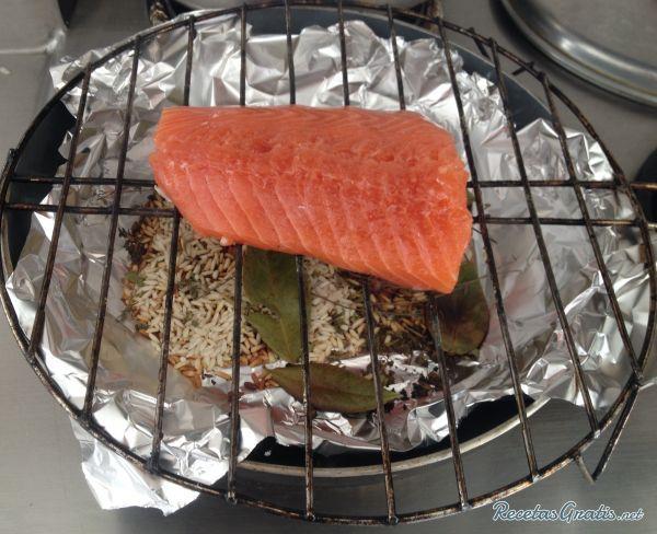 Aprende a preparar salmón ahumado casero con esta rica y fácil receta. Alistar todos los ingredientes. Disponer papel aluminio en un sartén (para evitar que se...