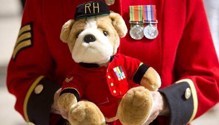 Militares aposentados de Chelsea preparam um urso de pelúcia com o seu uniforme para mandar para o bebê real Foto: NEIL HALL / Reuters