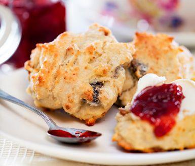 På söndagsbrunchen vill man ha något nybakat och delikat och det passar därför utmärkt att baka scones för detta tillfälle. Sconesen är godast om du serverar dem med söt marmelad eller ost.