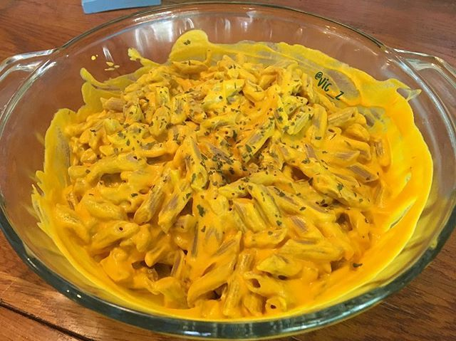just finished making #vegan #glutenfree #macncheez !! and added #nofilter so you can see the vibrancy of the yellow 💛💛💛 I used #organic brown rice pasta, and the sauce is a blend of: •raw ingredients (cashews, lemon juice, nutritional yeast, white miso, fresh turmeric root) •cooked ingredients (lightly steamed butternut squash and carrots, and gently EVOO sautéed garlic and onions) •also added himalayan rock salt and paprika to the mix and finally topped with some parsley seasoning…