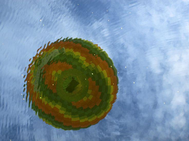 Balon odbijający się w jeziorze Inulec w Zełwągach