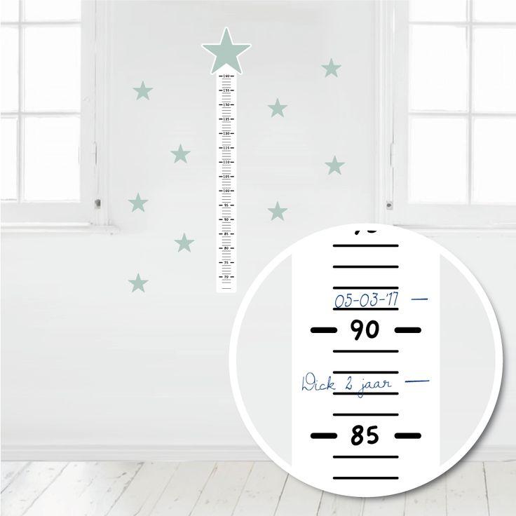 Deze muursticker meetlat is makkelijk met pen of watervaste stift te beschrijven. Op deze manier kun je de groei van je kindje leuk bijhouden. #muursticker #meetlat #groeimeter #ster #hip #mint