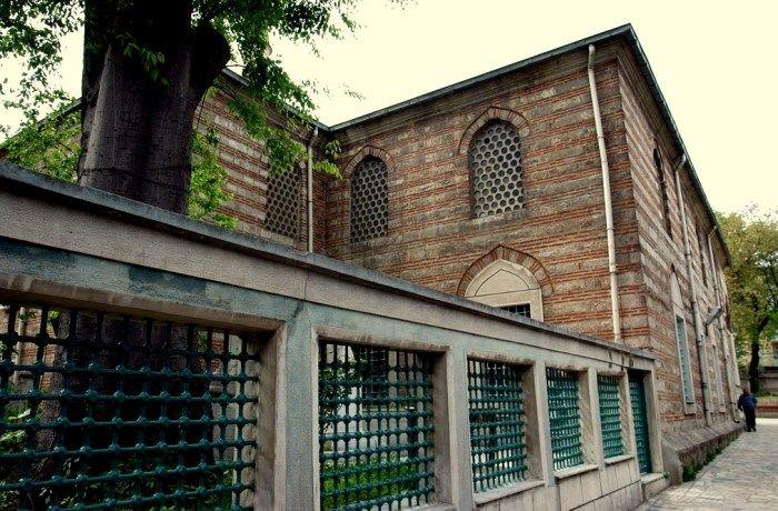 Ferruh Kethüda Camii;  İstanbul Suriçi Fatih Ayvansaray Mahkemealtı Caddesi ile Kahkaha sokağın kesiştiği noktada 1562-1563 yıllarında dönemin Sadrazamı Semiz Ali Paşa'nın kethüdası Ferruh Efendi tarafından Mimar Sinan'a inşa ettirilmiştir. Mimar Sinan'ın eseri olan cami, tevhithane, tekke bölümleri, mahkeme binası ve çeşmeden ibarettir. Osmanlı döneminde Halvetiyye tarikatının Sünbüliye koluna ait bir tekke olarak da kullanıldığı için Balat Tekkesi adıyla da ünlenmiştir. Tekkeye ait diğer…