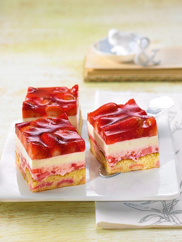 Süße kleine Erdbeer-Häppchen mit zwei verschiedenen Cremes für die sommerliche Kaffeetafel