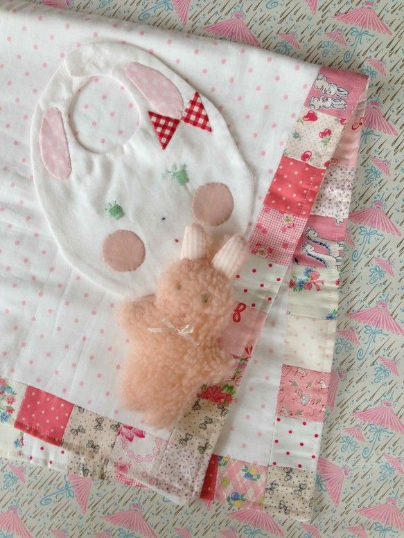 baby shower setブランケット・うさぎのミミちゃんのスタイとぬいぐるみのセットです。 これから産まれてくるお子様へまた出産祝いにいかがでしょうか?... ハンドメイド、手作り、手仕事品の通販・販売・購入ならCreema。