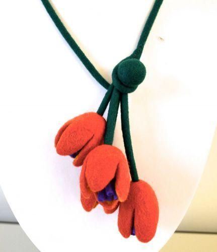 inplaats van kwastjes krokusjes aan een das Felt art ::taneno.:: - felted necklace - tulips