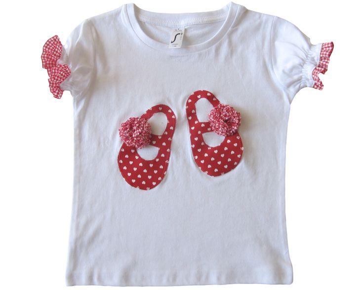 Merceditas en tela roja con corazones blancos. Pompones y ribetes fruncidos en las mangas de cuadros de vichy blancos y rojos. 28€